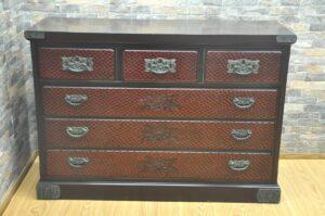 鎌倉箪笥 鎌倉彫 伝統工芸 大型 チェスト W1250×D455×H870 引き出し収納 収納 整理箪笥 和タンス 和家具を買い取りました♪(^_-)-☆
